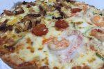 飲食店従業員の子の1人暮らしの家に行って、ピザ食って泊まった。